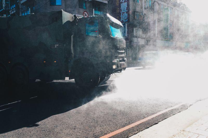 化學兵桃園社區消毒 鄭文燦鼓勵打氣、民眾沿途比讚