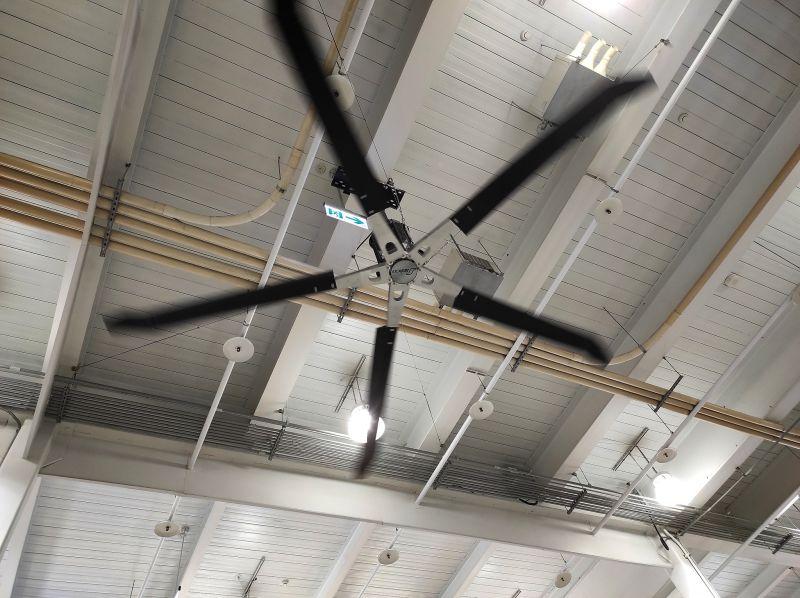 ▲原PO發現天花板也有許多輸送管。(圖/翻攝Costco好市多