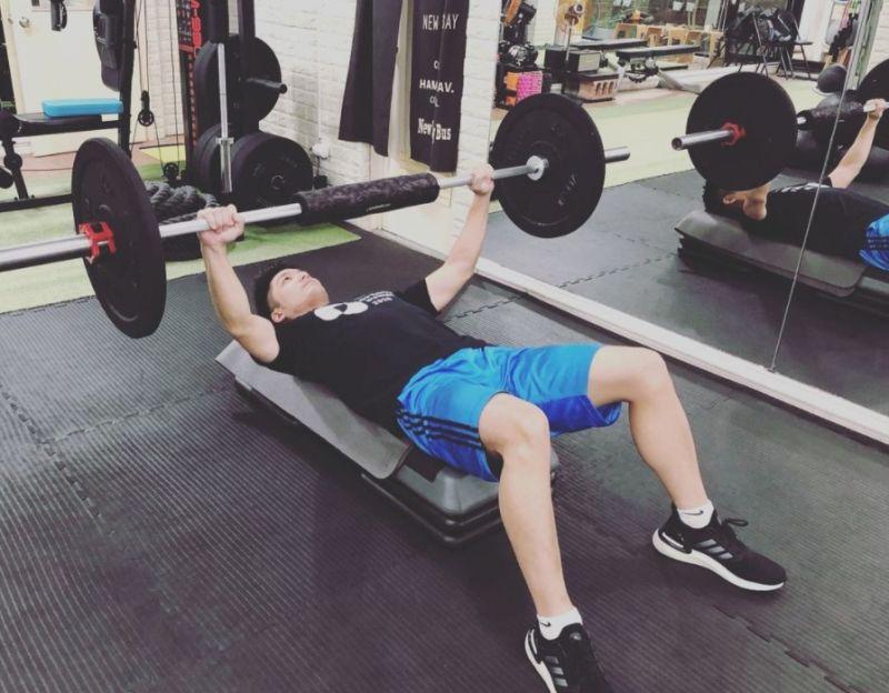 ▲在工作行程空檔,蔣萬安會撥出時間鍛鍊身體,培養問政的體力及紓壓。 (圖/翻攝蔣萬安Instagram)
