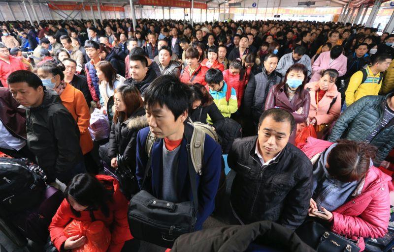 ▲中國春運人潮擁擠,當局擔心恐成防疫破口(
