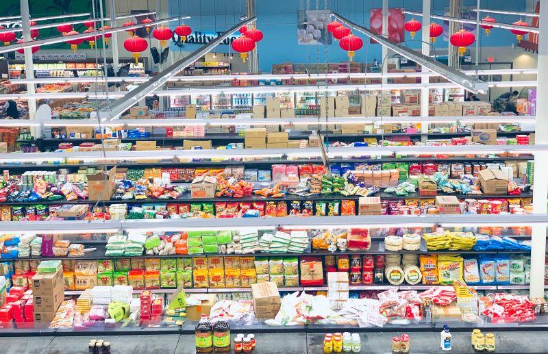 ▲許多超市都會販售生鮮食品,營業時間也很長,成為不少家庭主婦下廚買菜的好去處。(示意圖/取自unsplash)