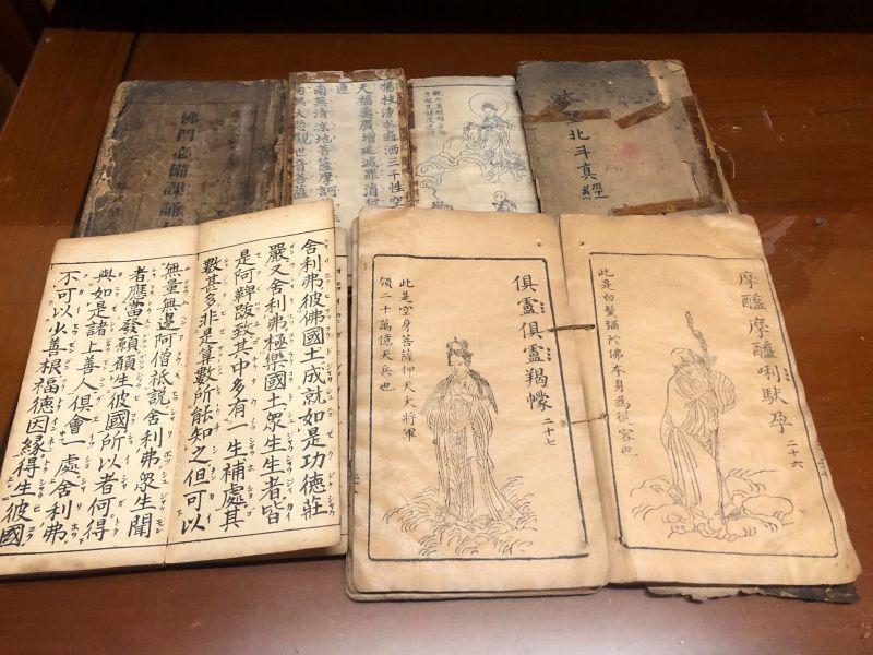 奶奶收藏大批「百年古書」!她問該丟嗎 網驚:千萬不要