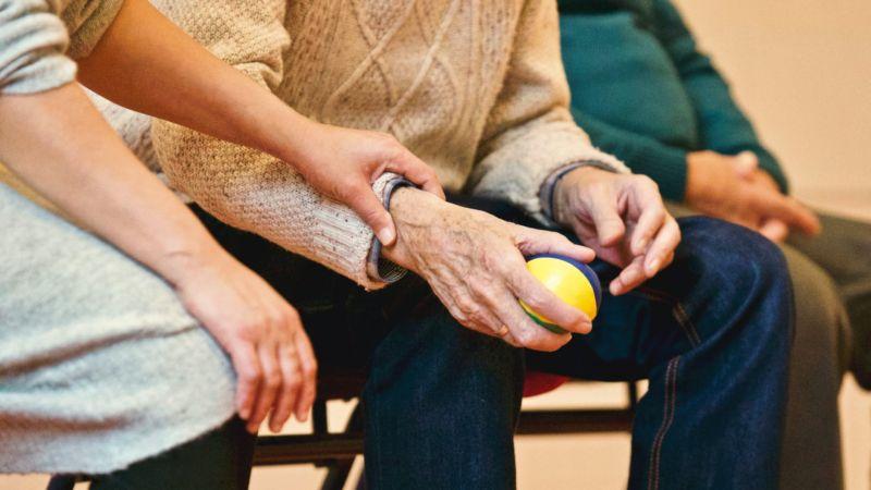 ▲有網友去看醫生時,看到一位看護從頭到尾都沒滑手機,一直抓著阿婆的手幫忙取暖,相當暖心。(示意圖/翻攝自《pexels》 )