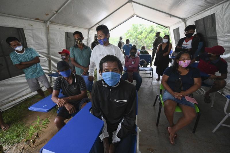 ▲巴西本週展開新冠肺炎疫苗接種計畫,但疫苗短缺情況已令專家擔憂會中斷免疫計畫,現在更出現非優先群體插隊接種問題。圖為巴西亞馬遜原住民排隊等接種。(圖/美聯社/達志影像)