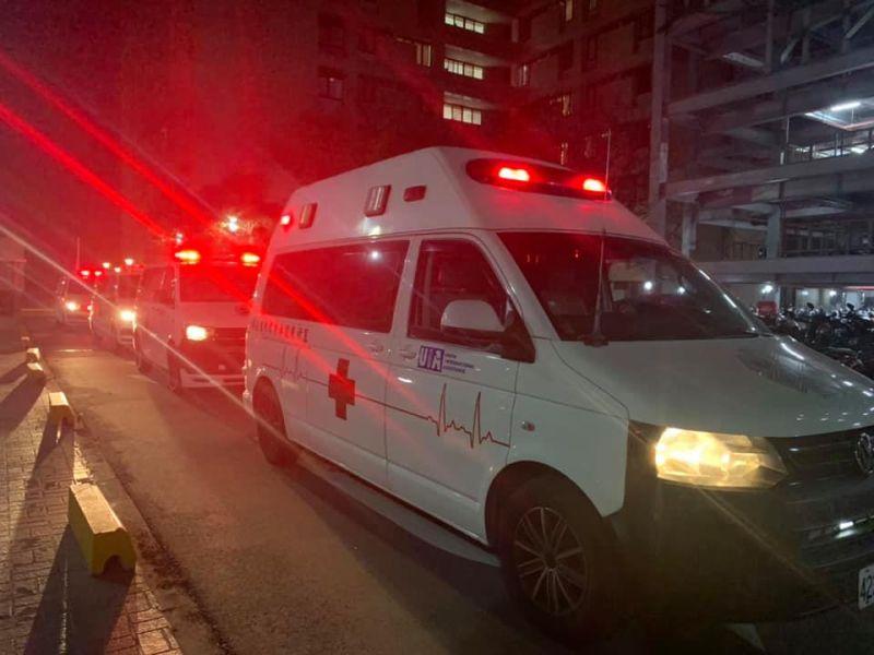 ▲醫護全副武裝,深夜將病人安頓好,送上救護車轉院。(圖/翻攝自柳育漢臉書)