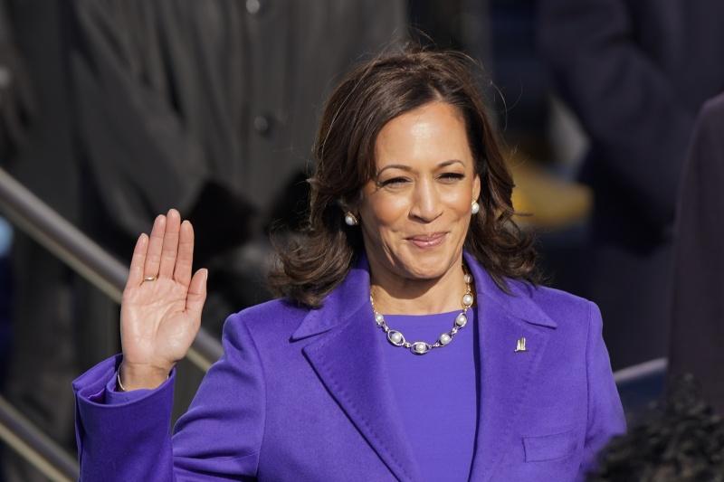 ▲宣誓就職當天,美國副總統賀錦麗身穿紫色套裝,脖子上也有一串珍珠項鍊。(圖/美聯社/達志影像)