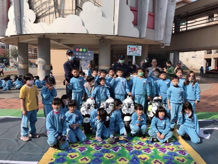 ▲員警與省三國小二年級的小朋友們合照(圖/記者鄧力軍翻攝