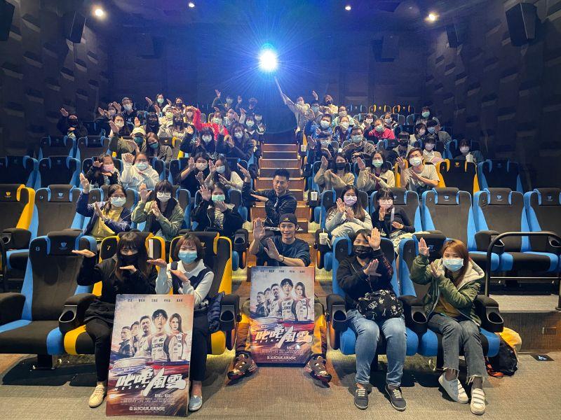 ▲曹佑寧(前排中)深受女性觀眾喜愛。(圖/創映電影、量能影業提供)