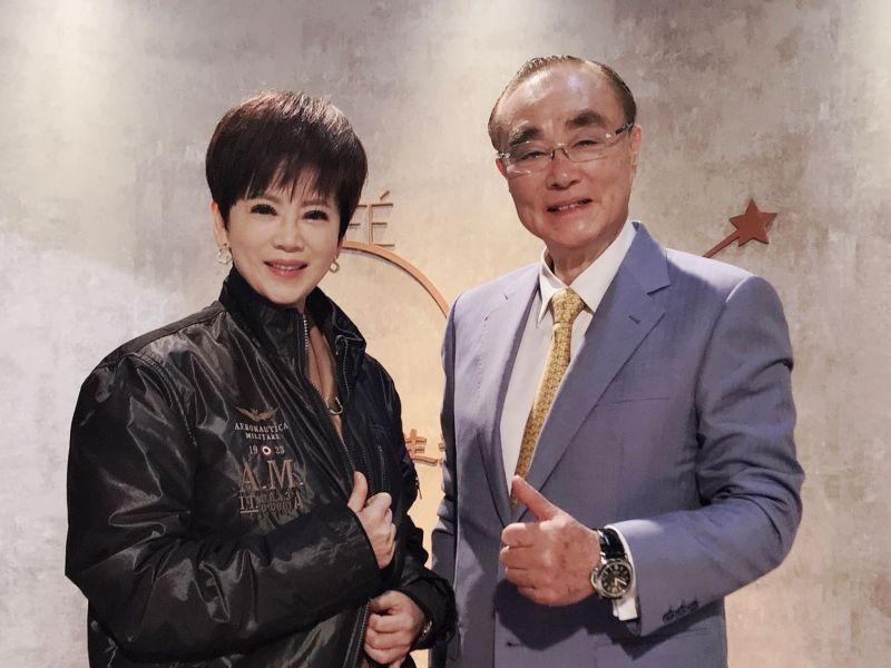 ▲陳雅琳(左)穿上馮世寬飛行夾克。(圖/壹電視)