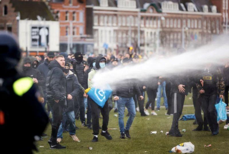 ▲荷蘭荷蘭首都阿姆斯特丹及南部城市埃因霍溫,分別有民眾抗議政府因應疫情而實施的封鎖措施,期間與警方衝突。(圖/翻攝Deutsch Welle)