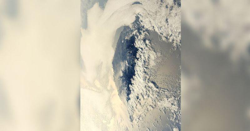日本太空人野口聰一週六推文,分享一張從國際太空站拍下的台灣被雲海包圍的夕照,這也是他第二度空拍台灣。