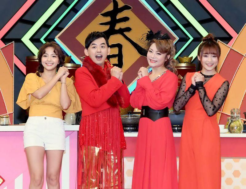 ▲徐凱希(左起)、黃子佼、鄭淑文、張文綺迎新年。(圖/華視)