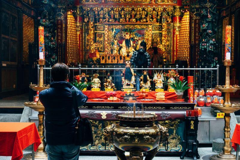 去廟問事被告知「有人跟著」!他連擲12個聖筊後大改運