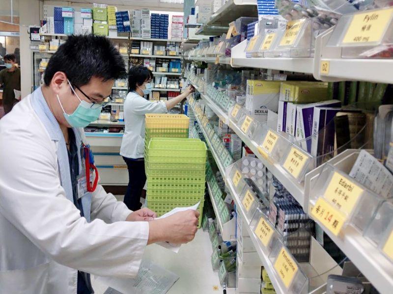 ▲「藥來速慢箋預約領藥窗口」設在自由路大門外的警衛室旁。(圖/高醫提供)