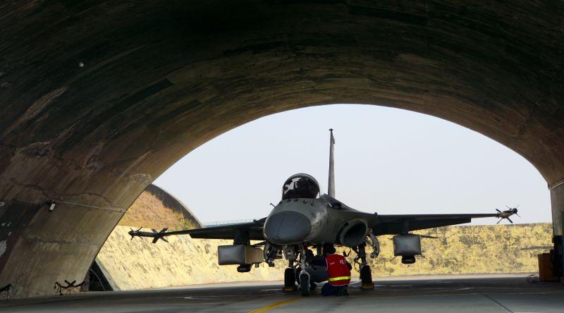 ▲台南空軍基地第一聯隊經國號戰機能夠掛載萬劍彈。(圖/記者呂炯昌攝.2021.01.26)