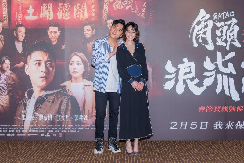 ▲導演沒交代,鄭人碩(左)即興激吻謝欣穎。(圖/巧克麗娛樂)