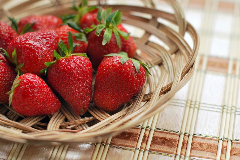 ▲多數草莓表皮上都有殘留大量農藥,光是用清水清洗是遠遠不夠的,對此,也有內行曝「2招」,能達到快速洗淨的效果、也不會因為大力搓揉草莓導致破皮爛掉。(示意圖/取自