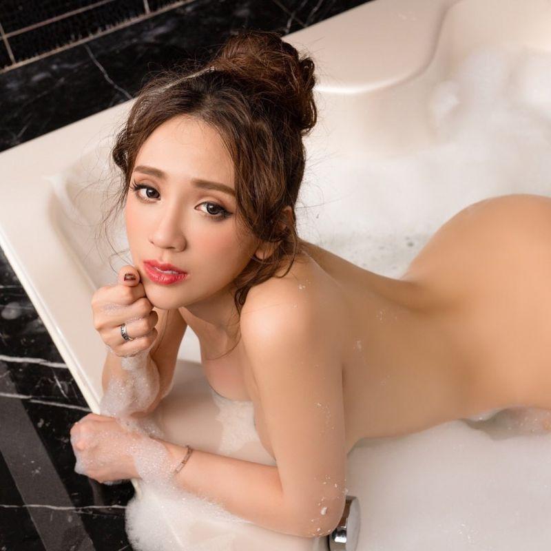 ▲子涵拍入浴照,全裸入鏡但三點不露。(圖/子涵IG)