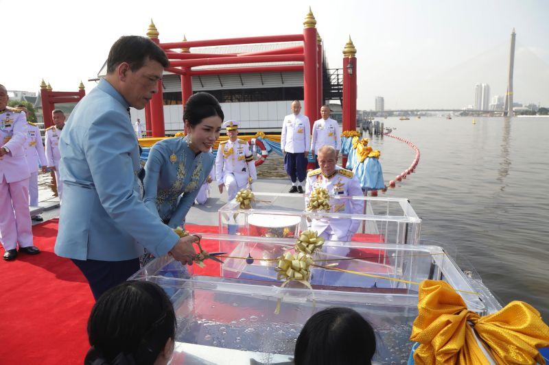 ▲泰王與貴妃詩妮娜1月26日在瓦蘇克里皇家碼頭(Wasukri)進行放生祈福儀式。水箱內為即將重回大自然的魚。(圖/美聯社/達志影像)