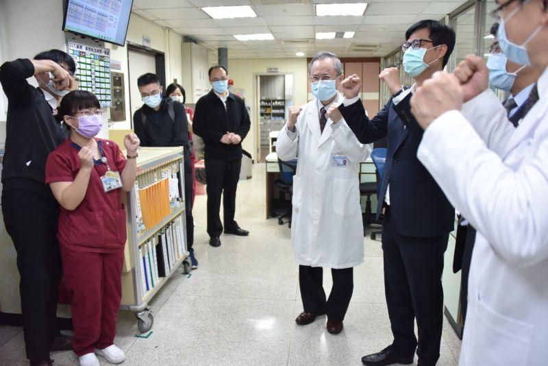 高雄市長陳其邁到高醫替醫護加油打氣。(圖/高雄市政府提供)