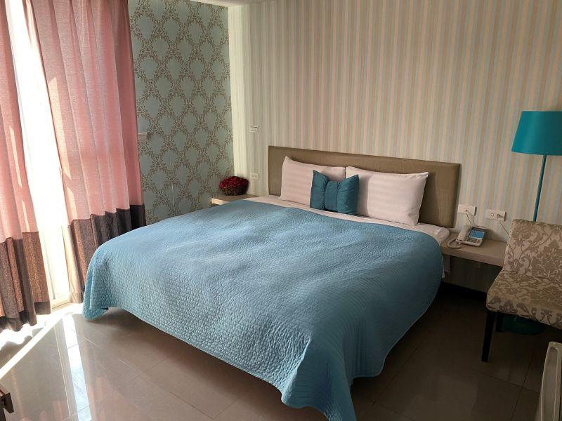簡樸、明亮且溫馨的防疫旅館房型。(台南市政府提供)