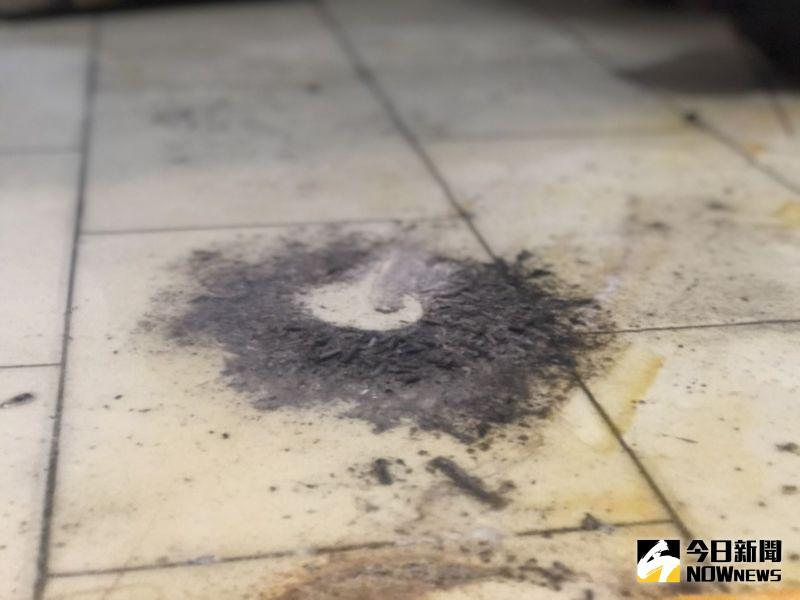 ▲直擊命案清潔師工作現場,發現自殺後殘留的炭灰。(圖/記者劉雅文拍攝)