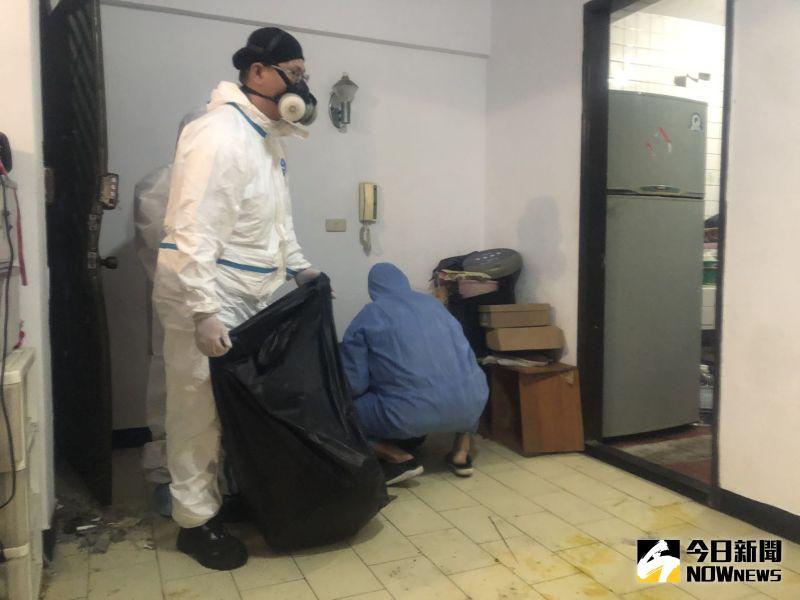 ▲直擊命案清潔師工作現場,要先將大型污染物移除。(圖/記者劉雅文拍攝)