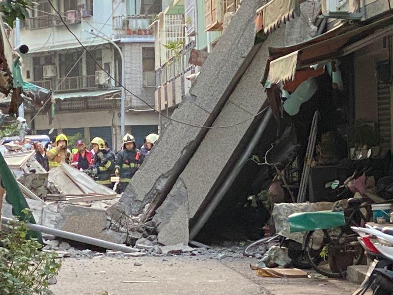 高雄今日<b>戲院</b>圍牆突坍塌 滿地水泥碎石