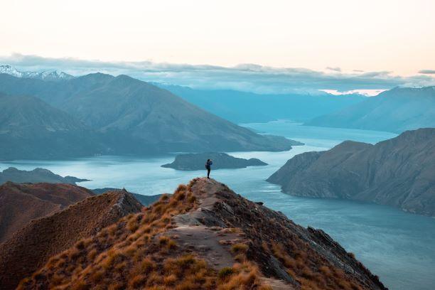 許多遊客湧到羅伊峰崖前拍網每照。(圖|Shutterstock)