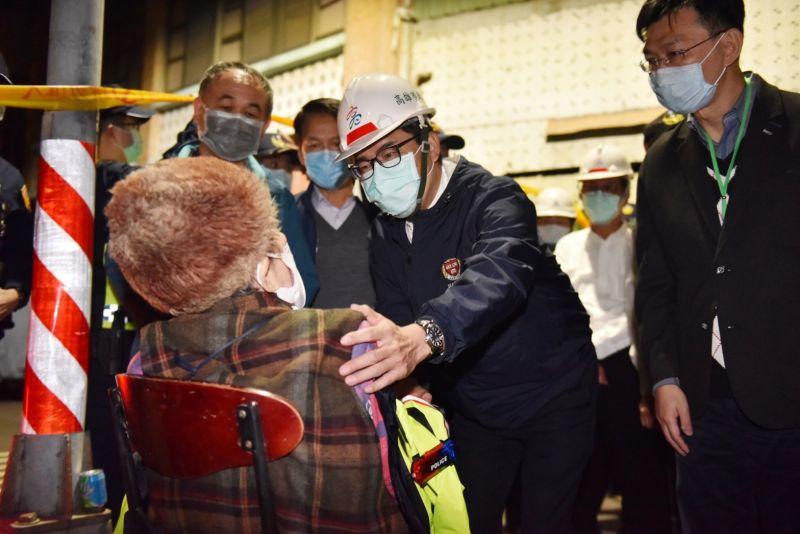 高雄市長陳其邁現場關心居民,現場共疏散21人並予以安置。(圖/高雄市政府提供)