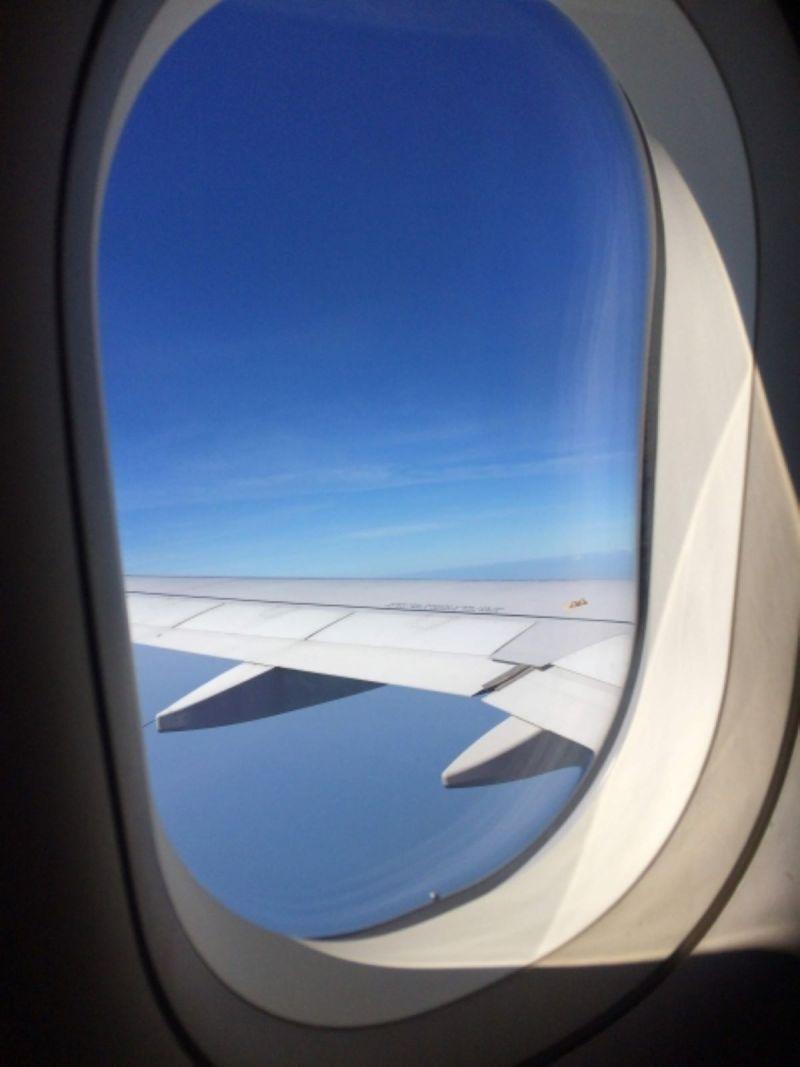 ▲機窗上的圓孔其實叫做「透氣孔」。(圖/翻攝PhotoAC)