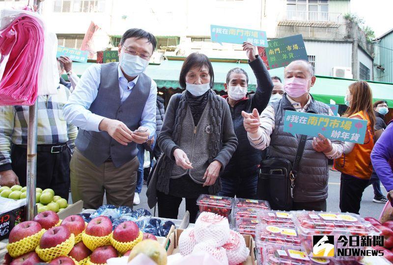 影/推「我在南門市場辦年貨」 攤商:擔心過年沒人潮