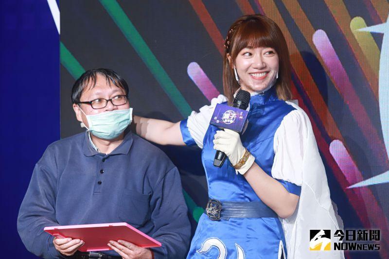 ▲泱泱cosplay成天堂M裡王族的角色出席橘子嘉年華開展記者會,和現場玩家開心互動。(圖/記者葉政勳攝