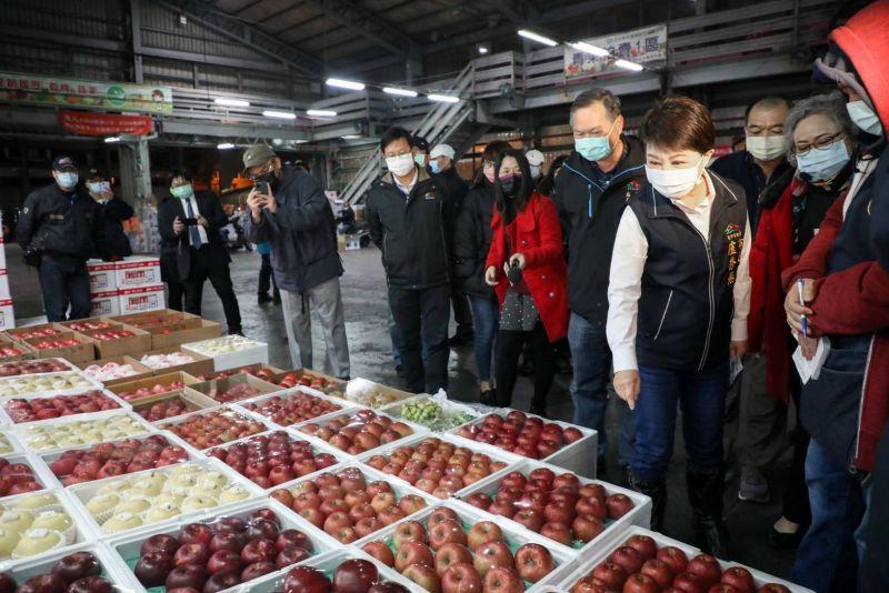 盧秀燕視察魚市、果市 加強防疫平穩物價