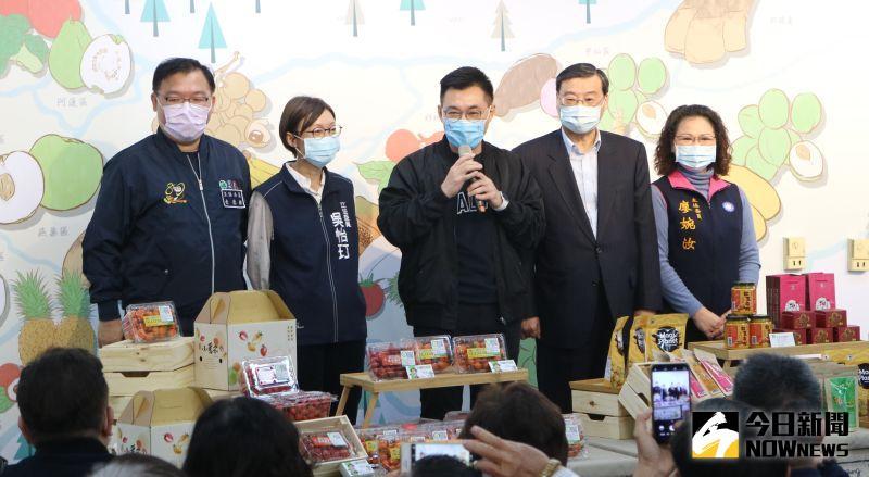 ▲國民黨主席江啟臣和立委們推銷小農市集上的農產品。(圖/記者鄭婷襄攝)