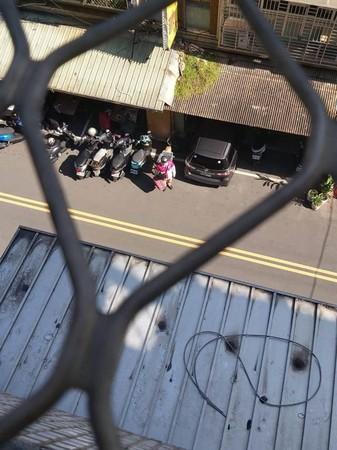 ▲原PO從陽台看到這暖心的一幕也忍不住為外送員比個讚。(圖/翻攝自臉書社團《爆怨公社》)