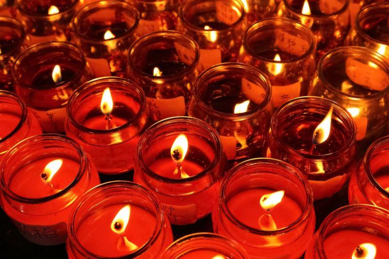 ▲燈是元神的象徵,佛經中以「燈」象徵內心光明、智慧如光,以往的平安燈是使用蠟燭或油燈的方式。(圖/shutterstock)