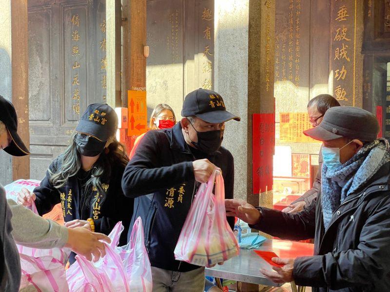 ▲艋舺青山宮年前都會發放低收入戶加菜金、平安米,今年更加贈防疫小禮。