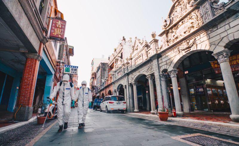▲部桃感染案908足跡曾到過大溪老街,陸軍33化兵群1日下午前往消毒。(圖/軍聞社提供)