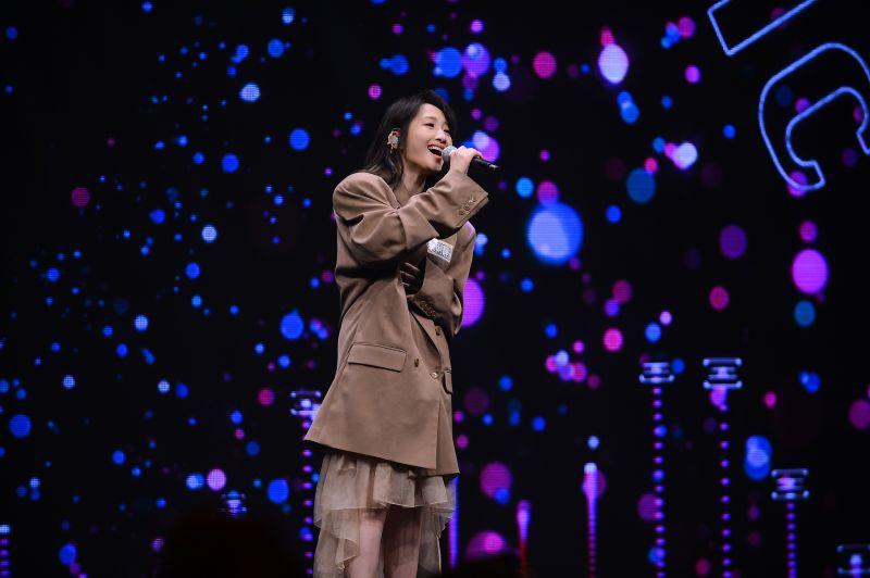 ▲陳芳語(上圖中)、朱俐靜(下)在「百分百音樂節」表演。(圖/八大)
