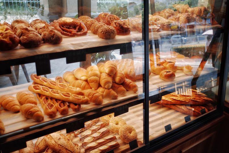 ▲不少人喜歡吃香氣四溢的麵包,不過就有糕點師傅曝光內鋪,並表示「4種麵包」別買了,直呼「不懂的人才吃」。(示意圖/取自unsplash)