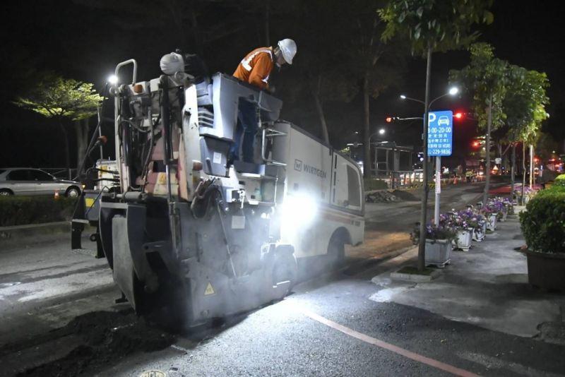 ▲高市府推動道路平整不遺餘力,副市長林欽榮在視察道路刨鋪工程時強調,自今年起管挖案件竣工後抽驗率提高至50%。(圖/高市府提供)