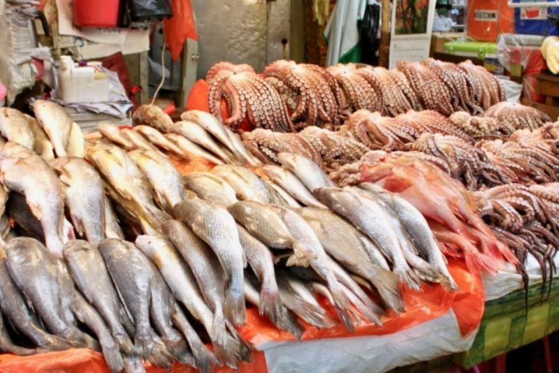 ▲《小乾倩倩的遊戲的美食》建議,冷凍海鮮到市場購買時要別小心。(示意圖/翻攝PhotoAC)