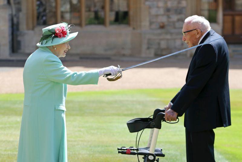 英國百歲老兵染疫病逝 曾替醫護募款感動世界