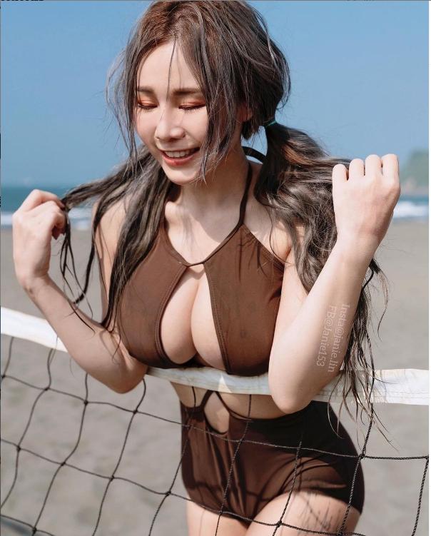 ▲泥泥學姐雙手心機地壓在排球網上。(圖/泥泥學姐