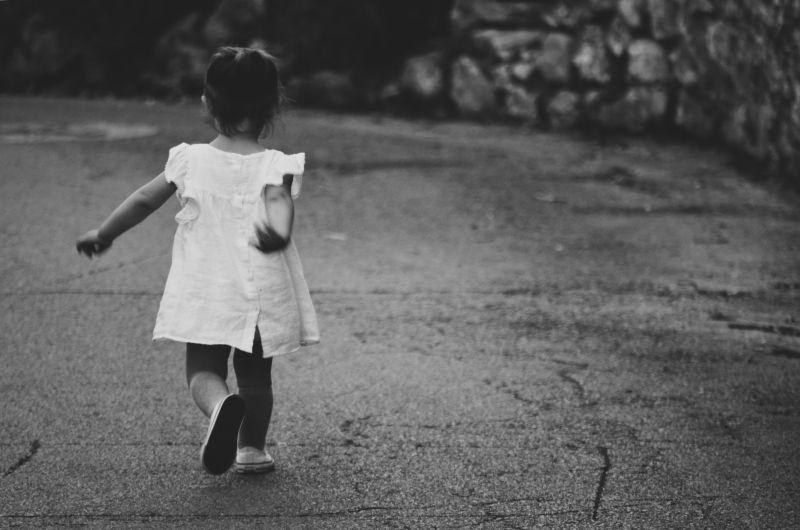 ▲一名媽媽氣憤發文,表示就讀幼稚園的女兒某天回家竟然對她比中指,甚至還講3字經,而她得知「理由」後,更直呼「太誇張」。(示意圖,圖中人物與文章中內容無關/取自unsplash)