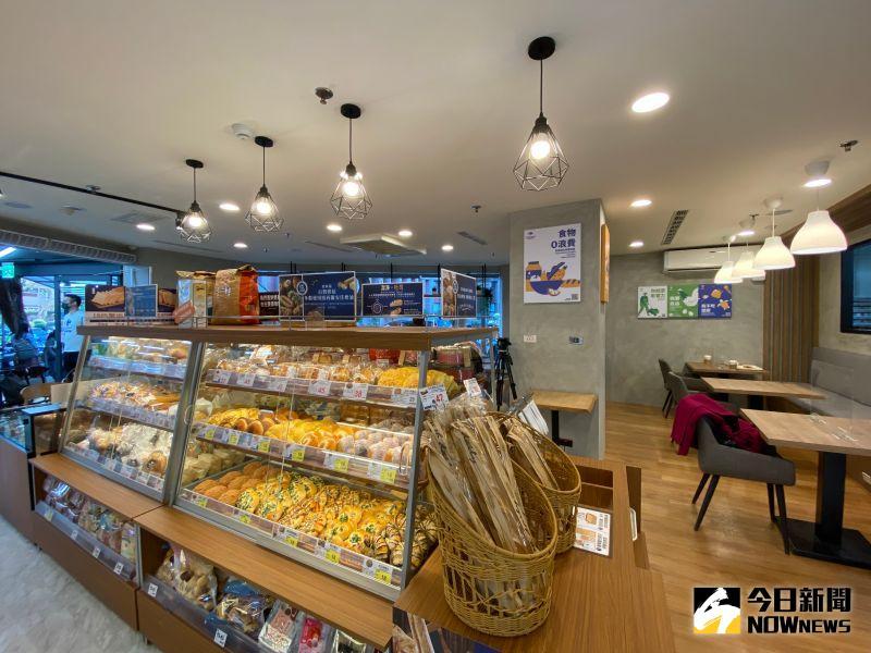▲家樂福併購頂好後,首間改裝家樂福超市開幕,店內還設有內用區域。(圖/記者劉雅文拍攝)