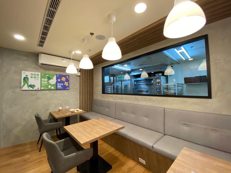 ▲家樂福併購頂好後,首間改裝家樂福超市,還提供內用休憩空間。(圖/記者劉雅文拍攝)