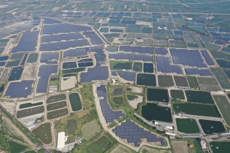 ▲台南學甲76MW太陽能電廠的啟用,預估可在未來20年帶來超過18億度的發電量,約等同8千3百萬棵樹木的吸碳量,發電收入更是上看90億元,產能可望突破業界新高。(圖/大亞提供)