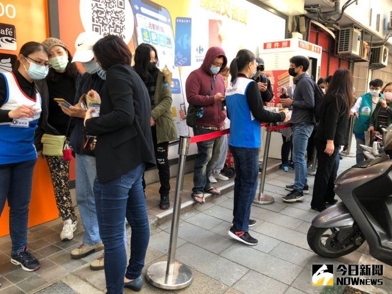 ▲家樂福併頂好首店開幕,一早就湧現排隊人潮。(圖/記者劉雅文拍攝)